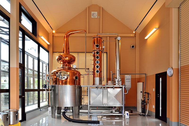ステンレススチールと銅製の蒸留設備