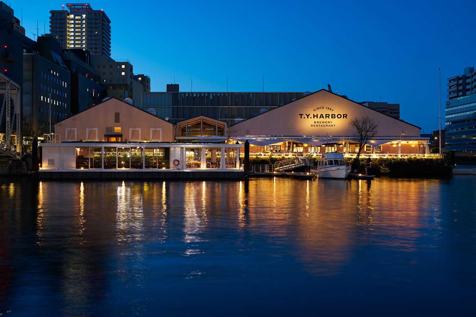 醸造所を併設したブルワリーレストラン。 目の前に拡がる運河には水上ラウンジが浮かぶ 天王洲地域のランドマーク 醸造所を併設したブルワリーレストラン。約350席を有するダイニングは、クラフトビアバー、個室、2階席、そして運河をのぞめるテラス席からなり、さらに目の前には都内唯一の水上ラウンジRiver Lounge。飲食を思う存分楽しむ水辺の空間は天王洲地域のランドマーク